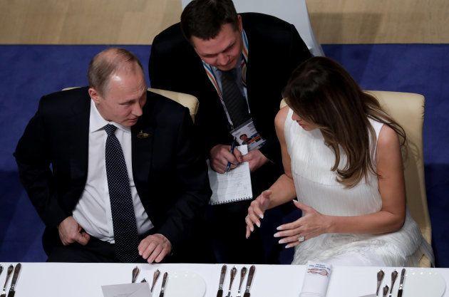 Le président russe Vladimir Putin et Melania Trump lors du dîner officiel du sommet du G20 à Hambourg...