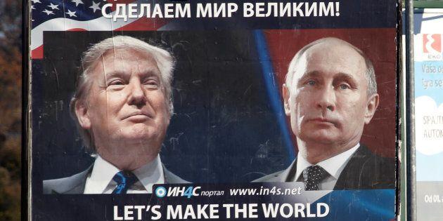 Une affiche montrant Donald Trump et Vladimir Poutine à Danilovgrad au Montenegro le 16 novembre