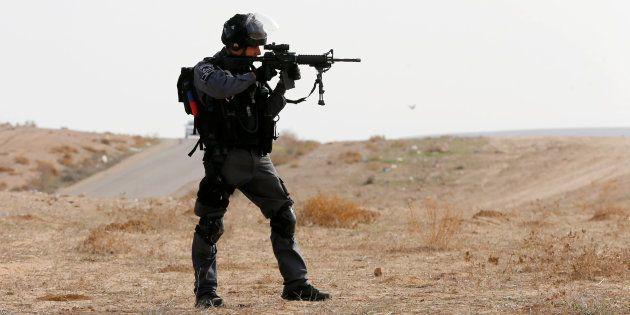 Un officie de la police aux frontères à Umm Al-Hiran, le 18 janvier 2017. REUTERS/Ammar