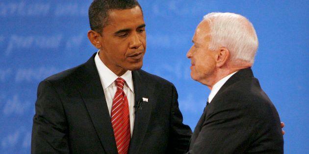 Le démocrate Barack Obama serre la main du républicain John McCain à l'issue du débat présidentiel du...