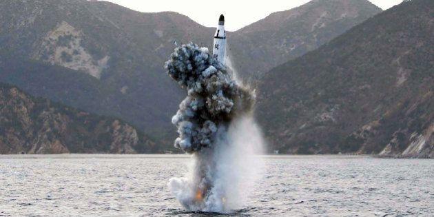 La Corée du Nord tire un missile qui franchit la zone d'identification aérienne du