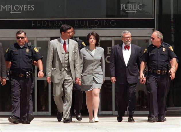 Monica Lewinsky à la sortie d'un témoignage dans l'enquête autour de sa relation...