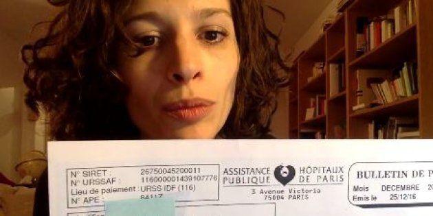 Sabrina Ali Benali montrant sa fiche de paie de