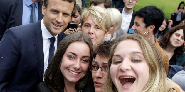 Des étudiantes font un selfie avec le Président Emmanuel Macron durant sa visite dans un collège agricole,...