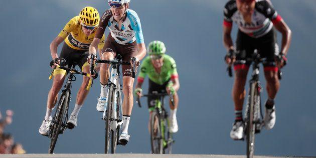 Le maillot jaune Christopher Froome (à gauche) et Romain Bardet (immédiatement à droite), avec au premier...