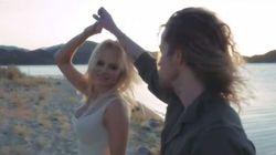 Mais que fait Pamela Anderson avec Julien