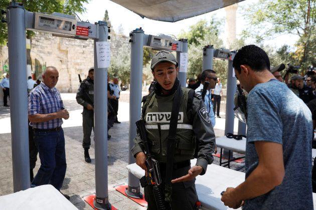 Un policier israélien vérifie l'identité d'un Palestinien, dans la vieille ville de Jérusalem, le 16