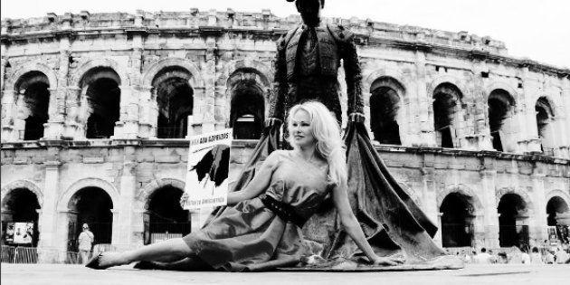 Contre la corrida, Pamela Anderson brandit un taureau en sang devant les arènes de
