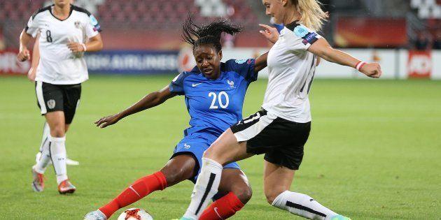 Kadidiatou Diani face à l'Autrichienne Viktoria Schnaderbeck le 22 juillet au Galgenwaard Stadium d'Utrecht,...