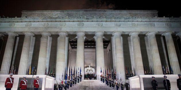 Donald Trump avec sa famille sur les marches du Lincoln Memorial de Washington, à la veille de son investiture...