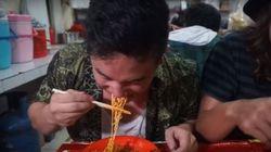 Ce YouTubeur a mangé des nouilles terriblement
