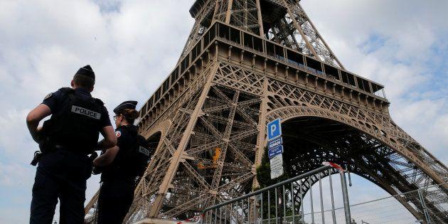 Des policiers français près de la Tour Eiffel, le 13