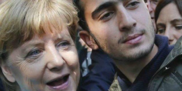 Anas Modamani posant aux côtés d'Angela Merkel en septembre