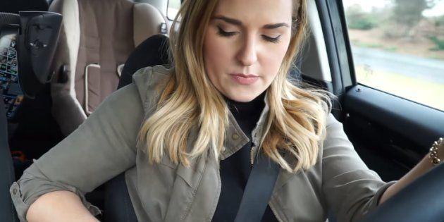 La Youtubeuse Ashley Waxman Bakshi consulte un message au volant avant son