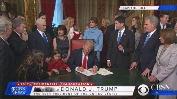 Donald Trump signe des papiers officiels, le 20 janvier au