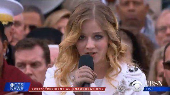 Jackie Evancho chante l'hymne national, le 20 janvier devant le