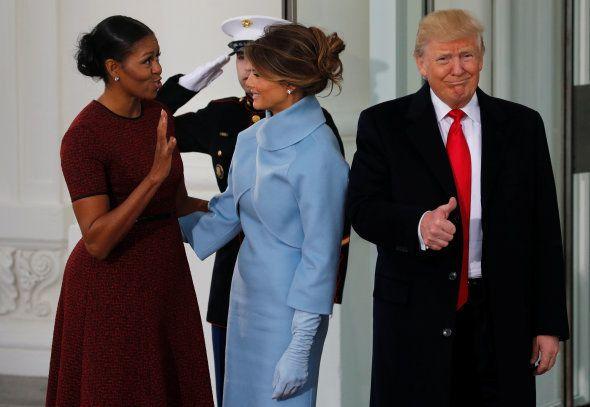 Melania Trump, avec sa tenue en cachemire bleu ciel signée Ralph Lauren, a fait penser à Jackie