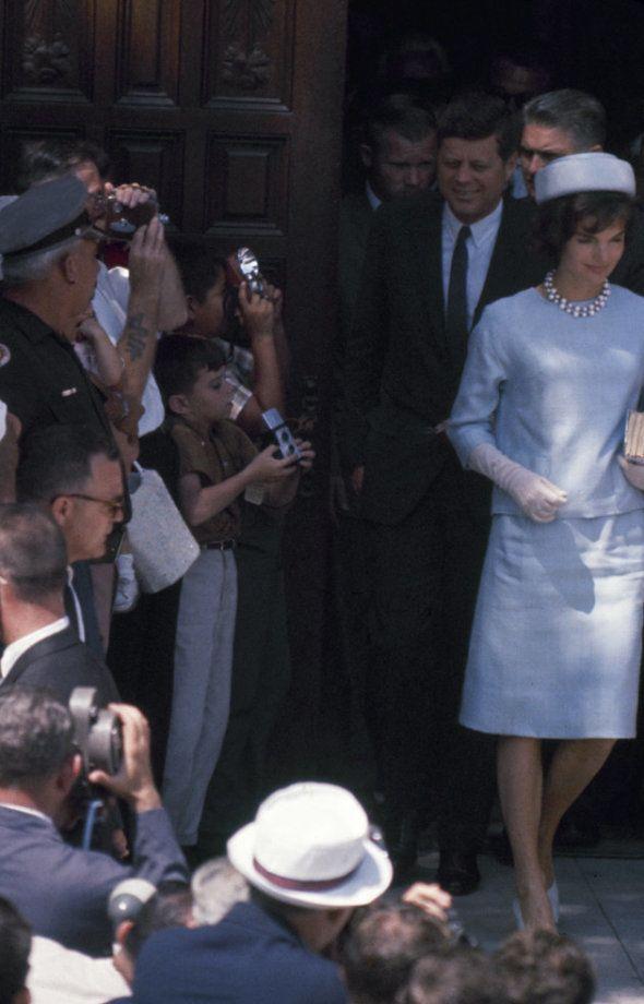 John F. Kennedy et son épouse Jacqueline Kennedy à la sortie d'une église de Palm Beach en Floride le...