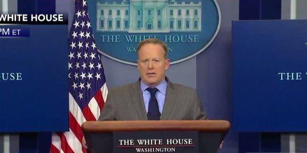 Le premier débriefing de Sean Spicer, porte-parole de la Maison Blanche, en a abasourdi plus