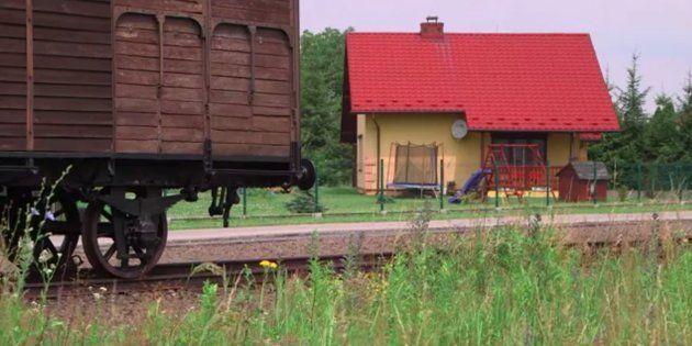 L'urbanisme autour d'Auschwitz est tel qu'une maison jaune abritant une famille se retrouve face à la