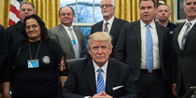 Donald Trump pose avec des responsables syndicaux qu'il a reçus à la Maison Blanche lundi 23