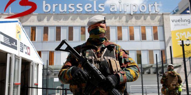 Un soldat belge devant le hall partiellement rouvert de l'aéroport de Zaventem de Bruxelles, le 3 mai