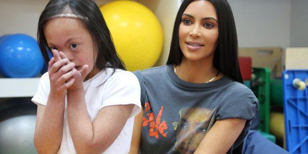 Kim Kardashian et une petite fille du centre Rached pour handicapés de Dubaï le 16