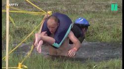 En Biélorussie, ces hommes s'affrontent dans une course de...