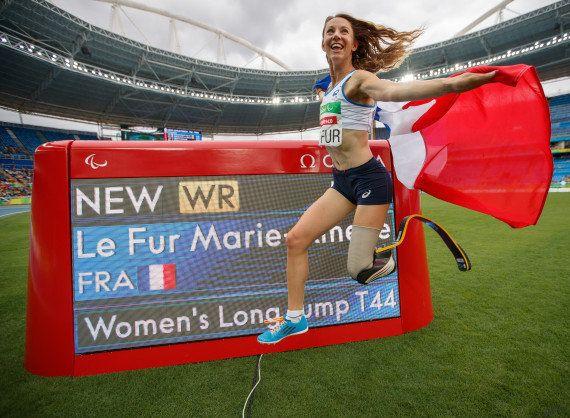 Marie-Amélie le Fur gagne l'or au saut en longueur et bat le record du monde aux