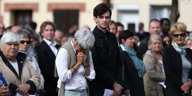 Des habitants de Saint-Etienne-du-Rouvray assistent à la messe du premier anniversaire de l'assassinat...
