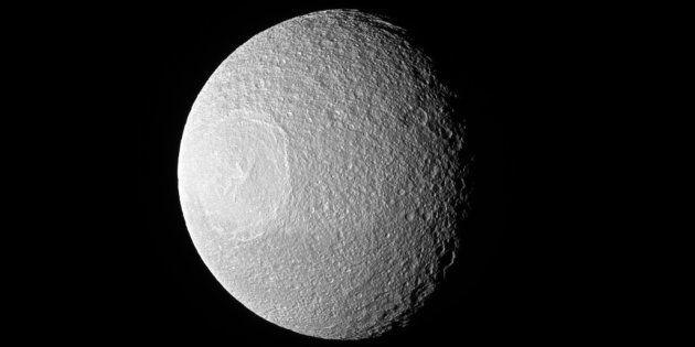 Cette photo de Téthys a été prise par la sonde Cassini le 10 novembre
