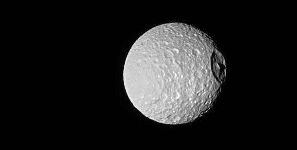 Voici l'Étoile de la mort... Non, pardon, la Lune... Non, pardon, Téthys