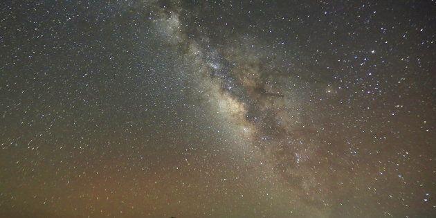 La voie lactée vue de nuit dans le désert du Caire en Égypte en mai