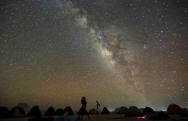 La voie lactée vue de nuit dans le désert du Caire en