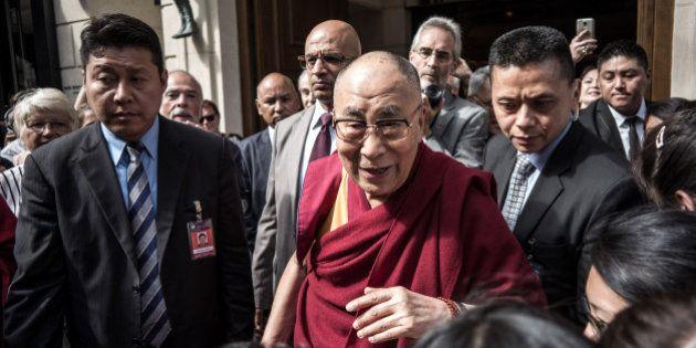 En visite en France, le dalaï lama évoque François Hollande et sa rencontre avec Emmanuel