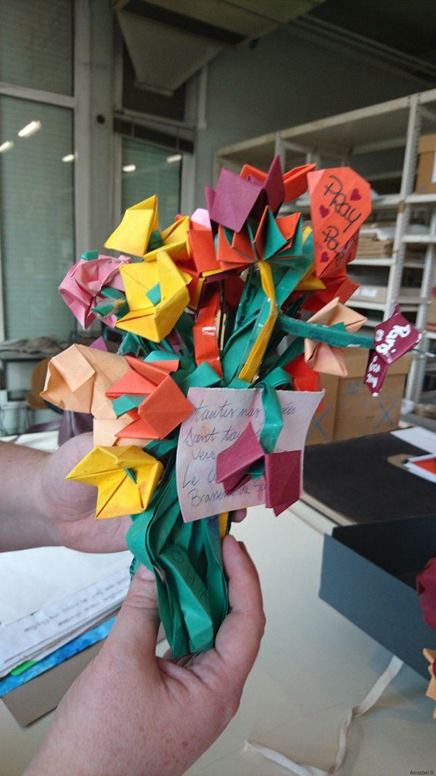 Boîte à tristesse et fleurs en papier... les Archives de Paris exposent les hommages des attentats pour...