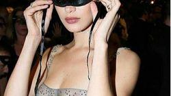 Bella Hadid tout en transparence au bal masqué