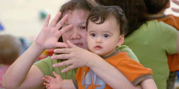 A Los Angeles, en Californie, parents et enfants apprennent la langue des signes pour mieux communiquer, ici en juillet 2016. Cette langue a priori réservée aux personnes sourdes et malentendantes renaît outre-Atlantique.