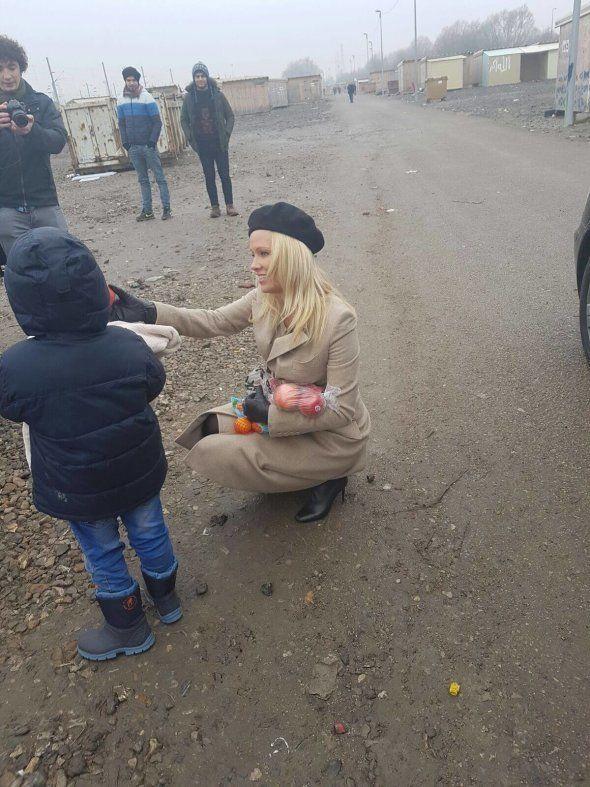 Pamela Anderson rend visite à des migrants à