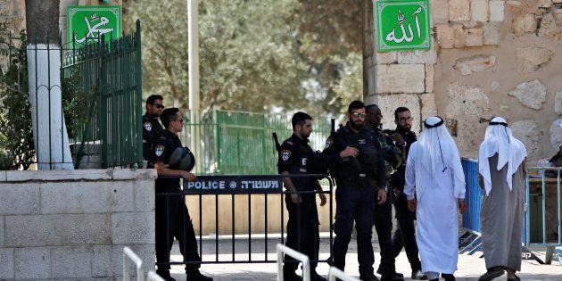 Des Palestiniens et des policiers israéliens à l'entrée de l'esplanade des Mosquées, le 25 juillet à