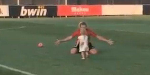 Mia Griezmann, 1 an et 3 mois, est déjà presque aussi à l'aise sur la pelouse que son