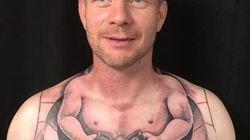 Le tatouage de cet homme lui permet de conduire sans les