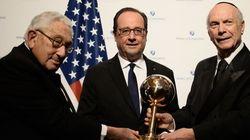 Hollande reçoit son prix d'homme d'Etat mondial de