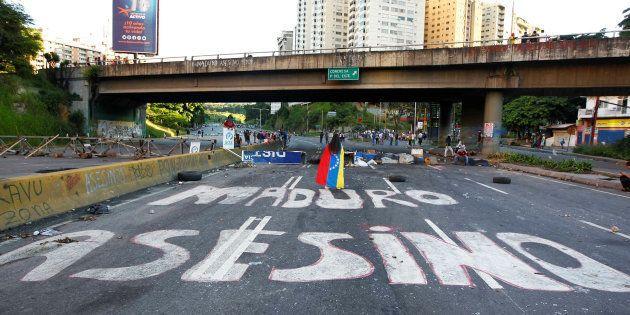 Des manifestants sur une route déserte, sur laquelle est