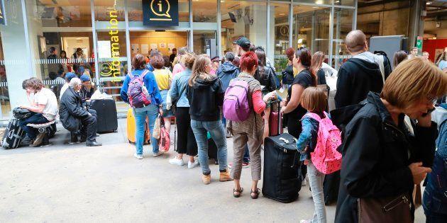 Des voyageurs font la queue pour obtenir des informations, le 30 juillet à la gare Montparnasse à