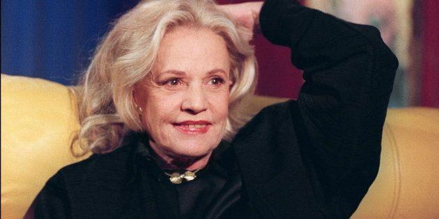 L'actrice Jeanne Moreau est photographiée sur le divan d'Henry Chapier, lors de son émission le 05 février