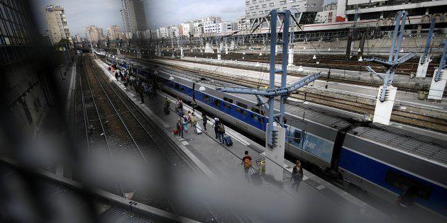 Des voyageurs sur les quais de la gare Montparnasse à Paris, le 31