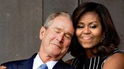 Cette photo de Michelle Obama enlaçant Bush vaut le