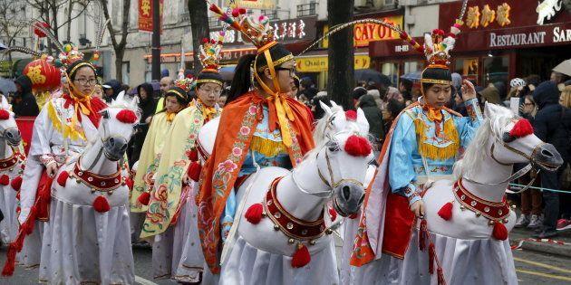 Des membres de la communauté asiatique défilent pour célébrer le Nouvel An chinois à Paris, en février