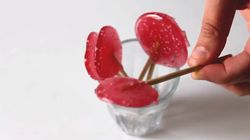 Comment fabriquer des sucettes à la fraise avec (ou sans) vos